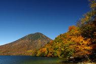 紅葉の中禅寺湖畔を歩く